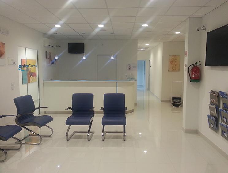 sala di attesa e reception dello Logo trattamento di odontoiatria conservativa, presso lo studio dentistico Dental Competence di Grosseto