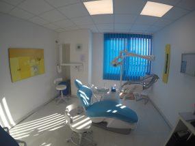 Foto Di Una Stanza Per Trattamenti Odontoiatrici Con Poltrona Di Color Blu, Presso La Dental Competence Di Grosseto
