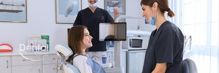 Ragazza con odontoiatra durante prima visita di controllo e logo bianco di Dental Competence Grosseto