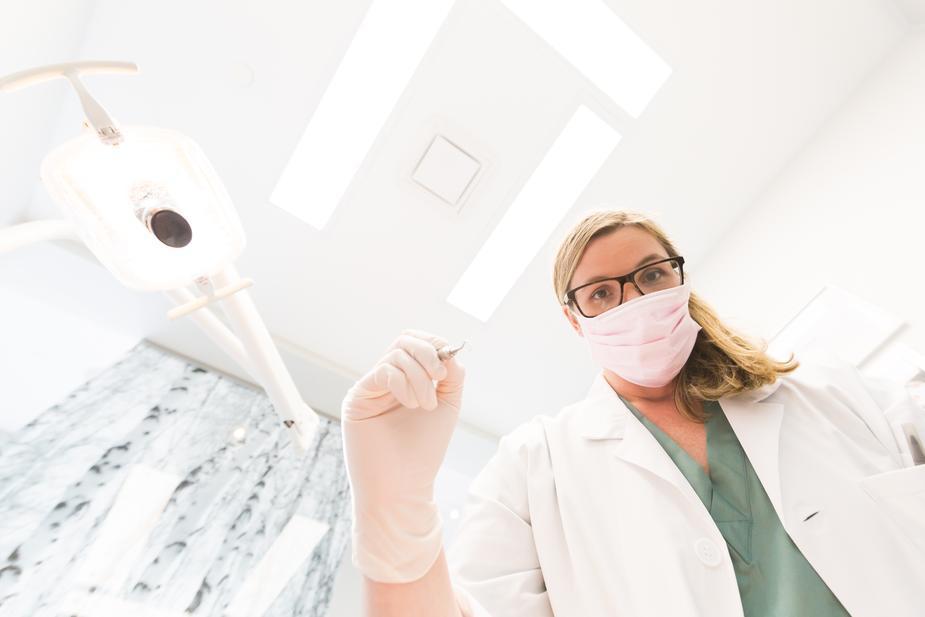 dentista impegnato nel controllo del processo di osteointegrazione dell'impianto dentale