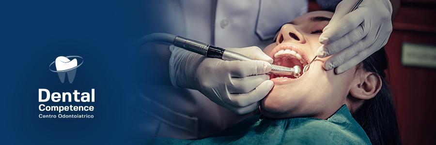 Intervento odontoiatrico su donna e logo Dental Competence Grosseto di colore bianco