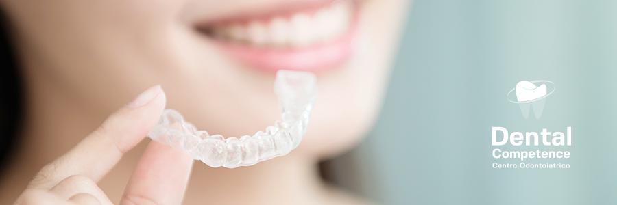 Mascherina invisibile per malocclusioni dentali e logo Dental Competence Grosseto