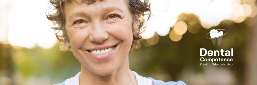 Donna sorridente e logo Dental Competence Grosseto